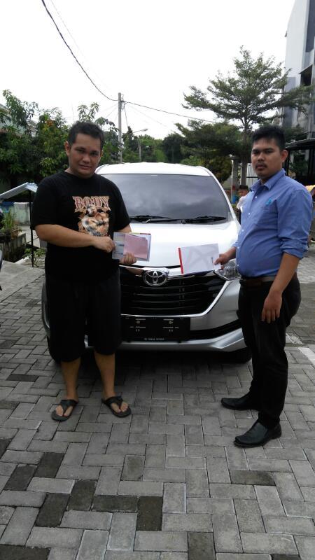 Foto Penyerahan Unit Sales Marketing Mobil Dealer Toyota Tangerang Dendi